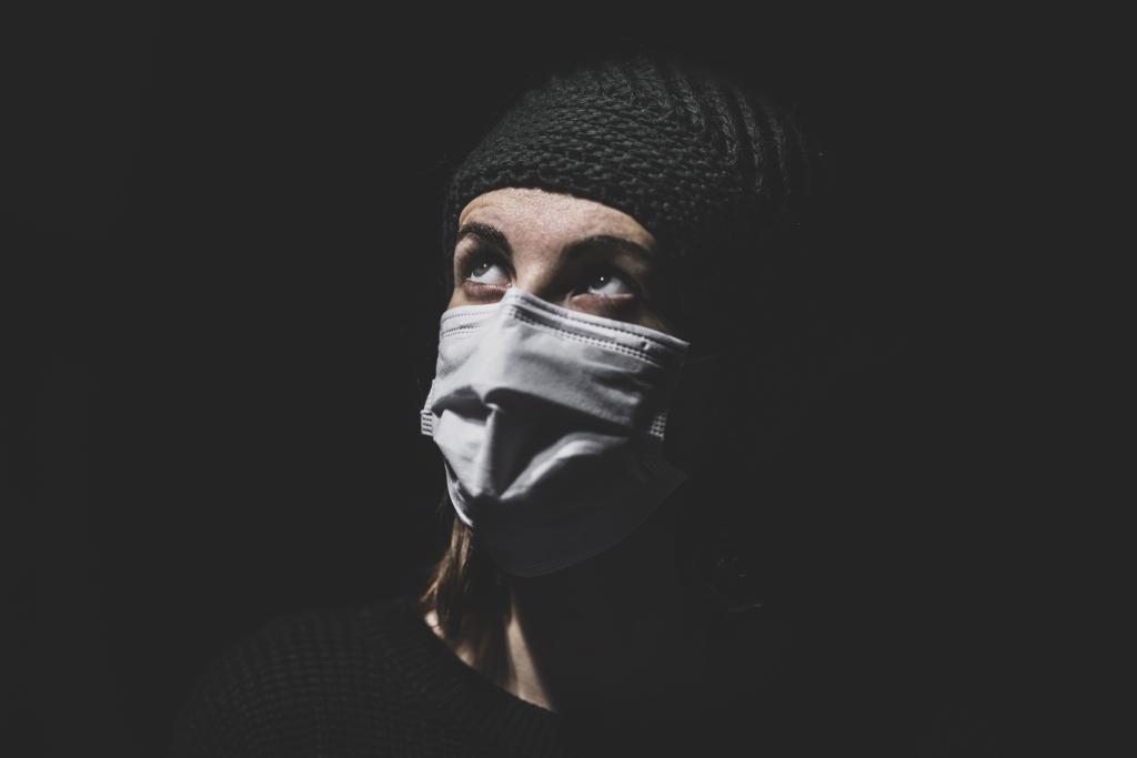 Maseczka jako symbol pandemii, będącej przyczyną wielu stresów